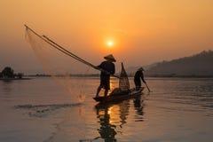Pêcheur Fishing de coucher du soleil Photo stock