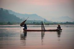 Pêcheur Fishing de lever de soleil Photos stock