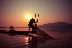 Pêcheur Fishing de lever de soleil Image stock