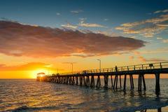 Pêcheur sur la jetée au coucher du soleil Photos libres de droits