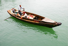 Pêcheurs ramant dans un sampan Images stock