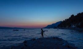 Pêcheurs sur la plage de coucher du soleil Photo libre de droits