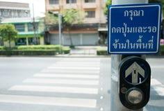 Pchnięcie guzik dla Czerwonego światła ruchu w Tajlandia tajlandzki język -- obrazy stock
