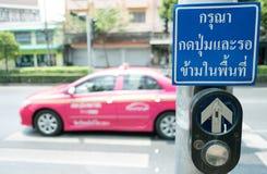Pchnięcie guzik dla Czerwonego światła ruchu w Tajlandia Tajlandzki język zdjęcia royalty free