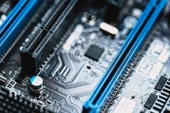 PCI exprès ou fente de PCI-E x16 pour la carte graphique visuelle sur la carte mère d'ordinateur photographie stock
