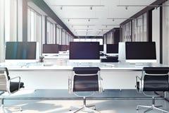 PCs met grote lege monitors op lijsten open werkruimte op kantoor het 3d teruggeven vector illustratie