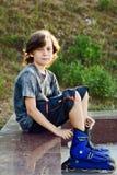 Pcteres de ruedas del muchacho que llevan Imagen de archivo libre de regalías