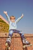 Pcteres de ruedas del niño pequeño que llevan Imagen de archivo