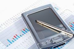 PDA auf Marktfinanzdiagrammhintergrund Lizenzfreies Stockbild
