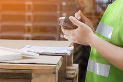 PDA del uso del trabajador fotografía de archivo libre de regalías