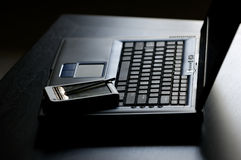 PDA encima de la computadora portátil imágenes de archivo libres de regalías
