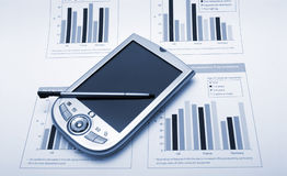 PDA over finacesrapporten Royalty-vrije Stock Afbeeldingen