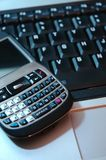 Pda Telefon auf Laptop-Tastatur Stockbilder