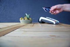 Pdq sans contact de carte de paiement avec la main tenant la carte de crédit pour payer Image libre de droits