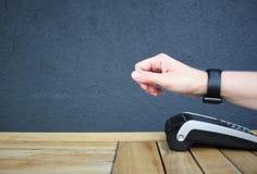 Pdq sans contact de montre de paiement avec la main à payer Photo libre de droits