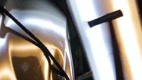 Pdr Retrait de r?paration de bosselure de Paintless Marteau en gros plan, qui frappent sur la voiture pour aligner des bosselures banque de vidéos