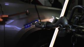 Pdr Retrait de r?paration de bosselure de Paintless Un homme frappe sur une voiture avec un marteau en acier pour niveler une bos banque de vidéos
