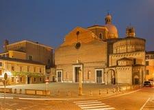 Pádua - a catedral de Santa Maria Assunta (domo) e do Baptistery no crepúsculo da noite Fotografia de Stock Royalty Free