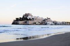 PeñÃscola看法从海滩黄昏的 库存照片