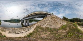 Pełna bezszwowa bańczasta panorama 360 180 kąta widokiem blisko dużego ogromnego mostu przez szerokości rzekę w equirectangular p fotografia royalty free