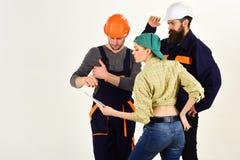 Pełna koncentracja przy pracą Mężczyźni i kobieta budowniczowie pracuje w drużynie Pracownicy budowlani Fachowi ludzie pracuje da zdjęcie royalty free