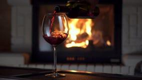Pełny strzału dolewania chełbotania czerwone wino od butelki w szklaną czara grabę w tle zbiory wideo