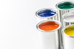 Pełny stubarwne farb puszki na bielu stole fotografia royalty free