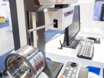 Peça automotivo da inspeção pela máquina de medição do contorno Fotografia de Stock Royalty Free