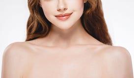 A peça bonita da mulher do queixo dos bordos do nariz da cara e os ombros fecham-se acima do estúdio do retrato no branco Fotografia de Stock