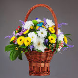 Peça central colorida do arranjo do ramalhete da flor na cesta de vime Fotos de Stock