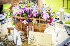 Peça central com flores e imagem de stock