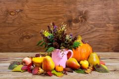 Peça central da ação de graças com as flores selvagens no vaso cor-de-rosa do jarro Fotografia de Stock Royalty Free