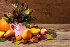 Peça central da ação de graças com flores selvagens e grama no poço cor-de-rosa Imagem de Stock