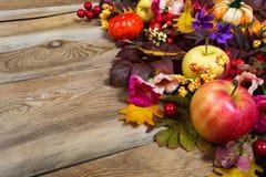 Peça central da ação de graças com maçãs, folhas da queda, rosa e purp Imagem de Stock Royalty Free