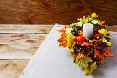 Peça central da ação de graças com vela e as folhas artificiais da queda Fotografia de Stock Royalty Free