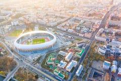 Peça central da cidade de Minsk iluminada com luz do sol Antena importante do estádio de Dinamo da arena de esporte foto de stock royalty free