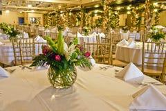 Peça central da flor na tabela Fotografia de Stock Royalty Free