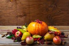 Peça central da tabela da ação de graças com abóbora, maçãs, peras, cópia Imagem de Stock