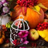 Peça central da tabela da ação de graças com birdcage decorado Imagem de Stock Royalty Free
