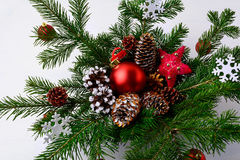 Peça central da tabela do Natal com os cones decorados dourados do pinho e Fotografia de Stock Royalty Free