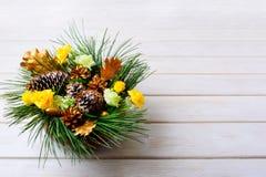 Peça central da tabela do Natal com ramos do pinho e abeto dourado co Fotografia de Stock Royalty Free