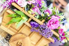 Peça central do vagão com rosas imagem de stock