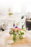 Peça central em uma tabela para um evento tal como um copo de água Imagens de Stock
