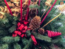 A peça central floral bonita com velas em uma mesa de jantar festiva colocou pronto para o jantar de Natal em uma casa tradiciona imagens de stock royalty free