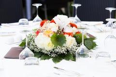 Peça central floral na tabela Imagens de Stock Royalty Free