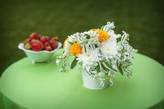 Peça central floral no copo de água Imagens de Stock Royalty Free