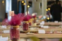 Peça central rústica da decoração da tabela do casamento com fundo borrado imagem de stock