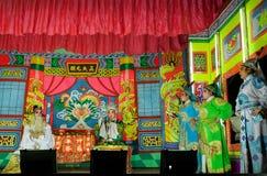 Peça chinesa do teatro com os atores em costums do tradional na fase do colorfull imagem de stock