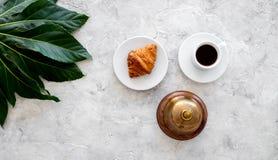 Peça a conta no restaurante Preste serviços de manutenção ao sino perto da xícara de café no copyspace de pedra cinzento da opini fotografia de stock royalty free