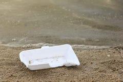 Peça da caixa da espuma na praia foto de stock
